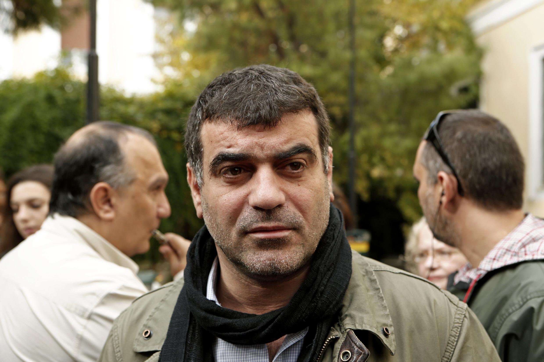 O jornalista grego, Costas Vaxevanis, aguarda sua audiência do lado de fora do tribunal em Atenas, nesta quinta-feira.