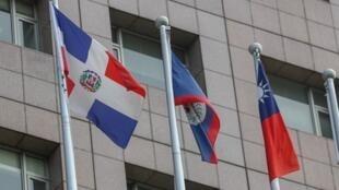 台灣外交部長吳釗燮2018年5月1日宣布,中國大陸與多明尼加自5月1日建交,中華民國也自即日起終止與多明尼加的外交關係,將終止雙邊合作計畫、撤離大使館。圖左為大館外的多明尼加共和國國旗