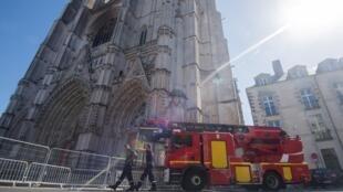 Los bomberos trabajan en la extinción del fuego en la fachada de la Catedral de Nantes, Francia, el 20 de julio de 2020