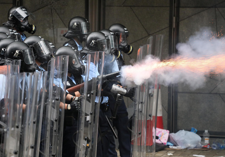 Cảnh sát chống bạo động bắn hơi cay vào người biểu tình Hồng Kông, ngày 12/06/2019.