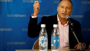 Le PDG de SodaStream Daniel Birnbaum, lors d'une rencontre avec le PDG de Pepsico Ramon Laguarta, à Tel-Aviv, le 20 août 2018.