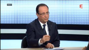 O presidente François Hollande concedeu uma entrevista ao vivo na televisão estatal francesa nesta quinta-feira, 28 de março de 2013, para explicar sua política de governo aos franceses.