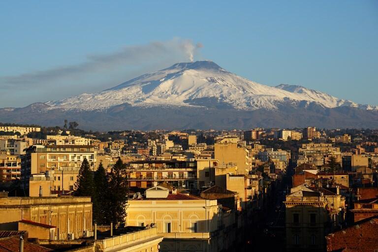 El volcán Etna cubierto de nieve, desde la ciudad de Catania, Sicilia. 16 de Febrero de 2017.