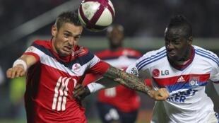 Le Lillois Matthieu Debuchy et le Lyonnais Aly Cissokho lors de Losc-OL.