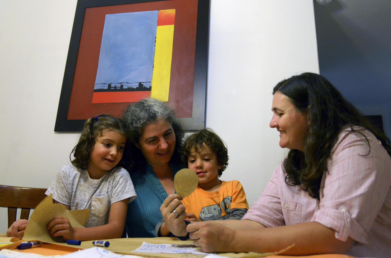 Na foto, o casal colombiano Ana Elisa Leiderman e Veronica Botero, com suas crianças, Raquel e Ari. 26/08/14