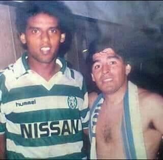 Ali Hassan (esquerda) e Maradona (direita) após o encontro entre o Sporting CP e o Nápoles na Taça UEFA na época 1989/1990.