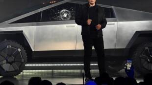 Elon Musk présente le Cybertruck du groupe Tesla, le 21 novembre en Californie.