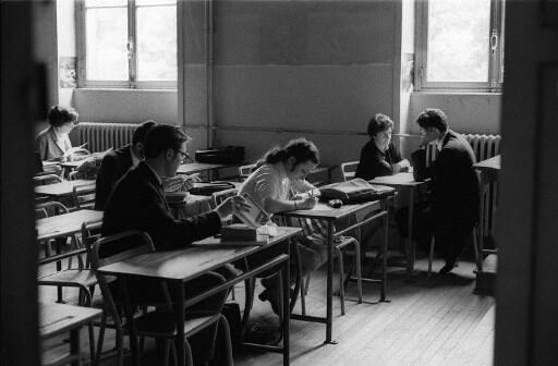 Des lycéens passent le baccalauréat le 27 juin 1968 dans un des 80 centres de l'académie de Paris. La tenue des examens a été perturbée en raison des événements de mai 1968 en sorte que les épreuves se font uniquement à l'oral.