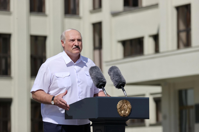 O presidente bielorusso Alexandre Loukachenko em um discurso diante de seus partidários, neste domingo