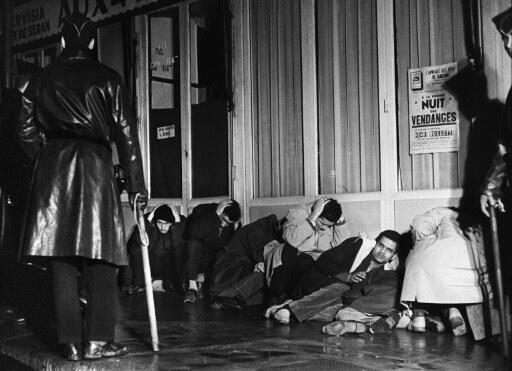 Algériens arrêtés à Paris lors de la manifestation pacifique du 17 octobre 1961 par la Fédération de France du FLN pour protester contre le couvre-feu qui leur était imposé.