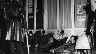 Algériens arrêtés à Paris lors de la manifestation pacifique du 17 octobre 1961 par la Fédération de France du FLN pour protester contre le couvre-feu qui leur était imposé. Le nombre de victimes de la répression serait entre 200 et 300 morts.