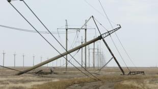 """Một cột điện bị hỏng do các """"vụ nổ"""" làm hư hại các cột điện cao thế, gần làng Chonhar, vùng Kherson, Ukraina, ngày 23/11/2015."""