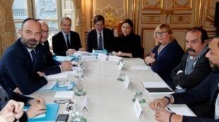 Премьер-министр Франции Эдуар Филипп (слева) на последней встрече с лидерами профсоюзов. 10.01.2019