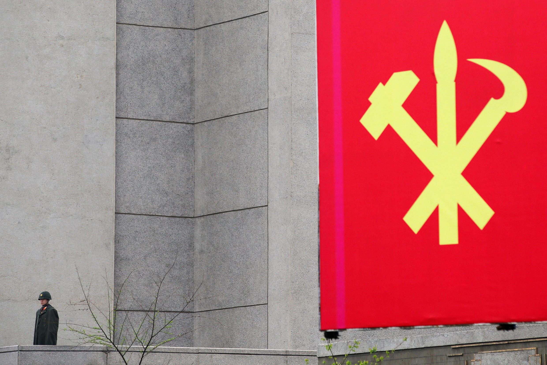 Символ Трудовой партии Северной Кореи на здании Дома культуры, в котором проходит съезд. Пхеньян, 6/5/2016.