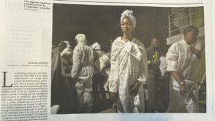 Reprodução da foto do artigo do jornal Le Monde mostra uma imigrante nigeriana recolhida pelo navio Aquarius.