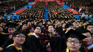 និស្សិតចិននៅ Huazhong University of Science and Technology ៧០០០នាក់ ទទួលសញ្ញាបត្រ។ ថ្ងៃទី២០ មិថុនា ២០១៧