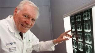 Профессор Кристиан Каброль в больнице Питье-Сальпетриер, где он провел первую в Европе пересадку сердца