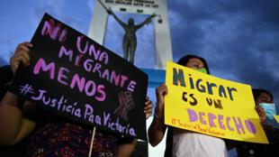 """Mujeres sostienen pancartas durante una manifestación en reclamo de """"Justicia para Victoria"""" por la muerte de la salvadoreña Victoria Esperanza Salazar, en San Salvador, el 29 de marzo de 2021"""