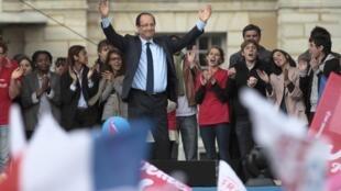François Hollande, le candidat socialiste à la présidentielle devant le Château de Vincennes, à Paris, le 15 avril 2012.