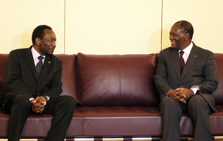 President Alassane Ouattara (R), chairman of the Ecowas, speaks with Mali's interim President Dioncounda Traore, 16 May, 2012