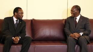 President Alassane Ouattara (R), chairman of the Ecowas, speaks with Mali's interim President Dioncounda Traore, 16 May, 2012