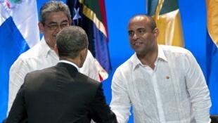 Laurent Lamothe (D) serre la main au président américain, Barack Obama