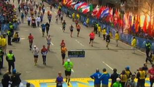 Explosão da primeira bomba durante a maratona de Boston.