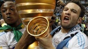 Mathieu Valbuena et André Ayew portent le trophée de la Coupe de la Ligue, remportée par Marseille, le samedi 23 avril 2011.