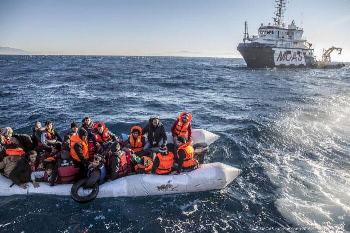 Une embarcation de migrants sauvée par le bateau ambulance MOAS, le Migrant Offshore Aid Station.