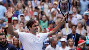 Roger Federer reached the fourth round of the US Open after beating Nick Kyrgios in straight sets.