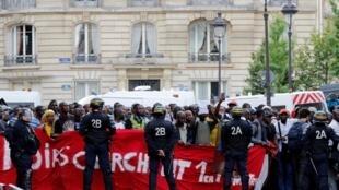 700 imigrantes ocuparam o Panteão na tarde desta sexta-feira (12) em Paris.