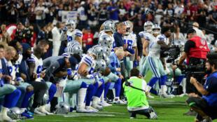 Toute l'équipe des Dallas Cowboys, avec ses entraîneurs et son propriétaire, a mis genou à terre avant l'hymne national, à Dallas, le 25 septembre 2017, en signe de protestation après les propos du président Trump.