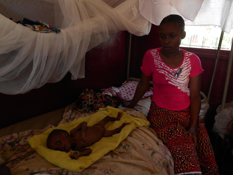 En Centrafrique, Abigaël, 5 mois, pèse le tiers du poids qu'il aurait normalement dû peser.