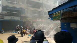 Ảnh minh họa : Cảnh sát Miến Điện giải tán biểu tình ở Hlaing, Rangoon, ngày 17/03/2021.
