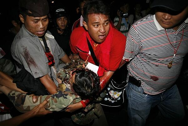 El general tailandés Khattiya Sawasdipol, que simpatiza con los Camisas Rojas, es trasladado después de recibir un disparo.