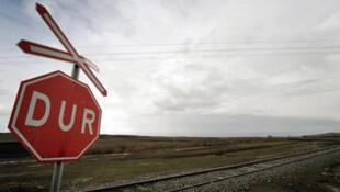 Un panneau Stop côté turc, sur une voie ferrée le long de la frontière Turco-arménienne.