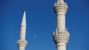 Parmi les dégats matériels provoqués par le séisme du jeudi 26 septembre à Istanbul, un minaret a été endommagé.