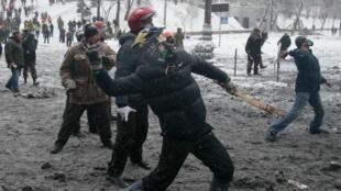 Медицинские источники сообщили о трех погибших в результате ночных столкновений в украинской столице, 22 января 2013