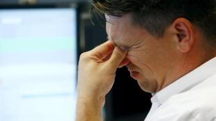 Un trader de la Bourse de Francfort accuse le coup, ce lundi 24 août.