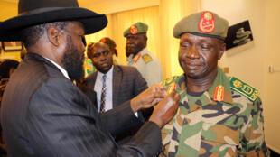 Salva Kiir décore le nouveau chef de l'armée sud-soudanaise, le général James Ajongo, au palais présidentiel de Juba, le 10 mai 2017.
