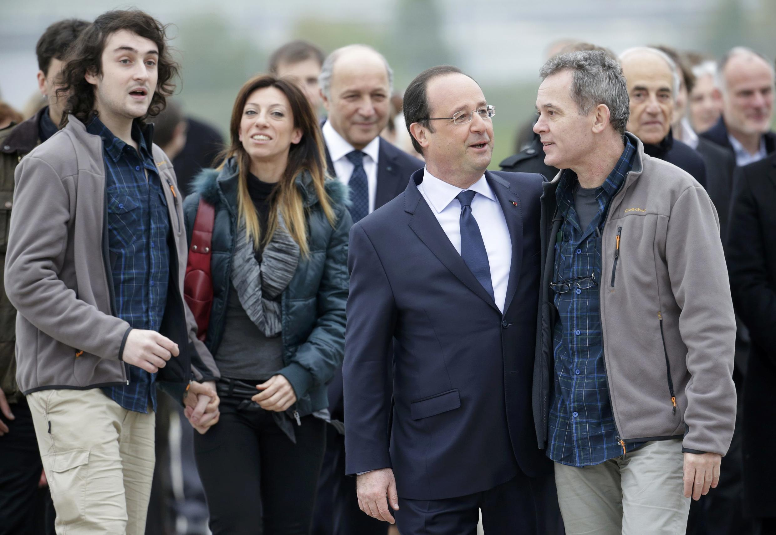 François Hollande and Didier François, at at an air base southwest of Paris, where hostages arrived after their release