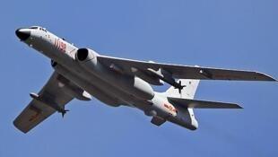图为中国军机轰6k海上飞行
