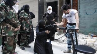 """Mulher membro do batalhão """"Mother Aisha"""", do Exército Sírio Livre, aprende manuseio de arma na periferia de Alepo, 19 de setembro de 2013."""