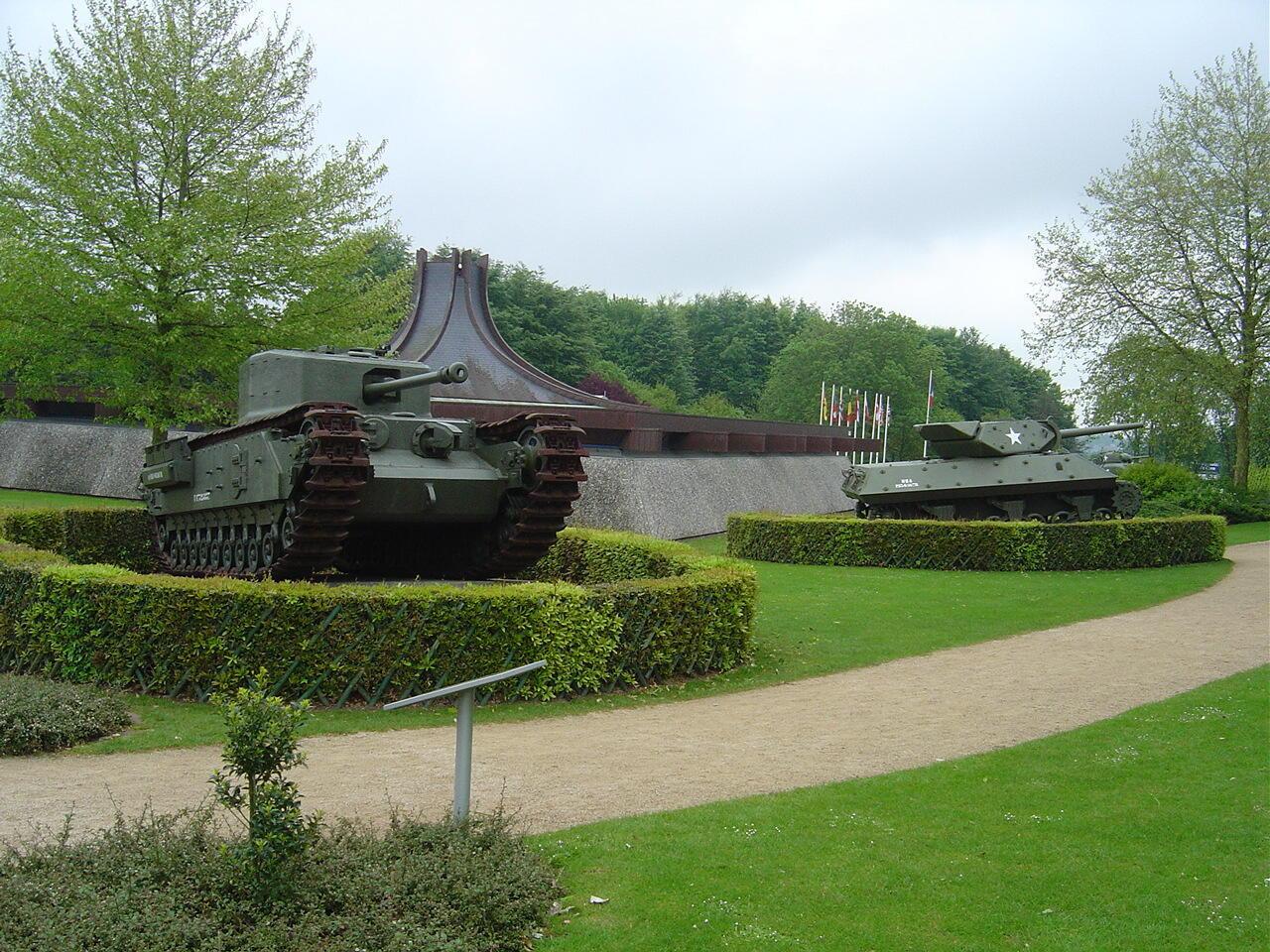 """Танки союзных войск возле музея """"Битвы за Нормандию"""" в Байё"""