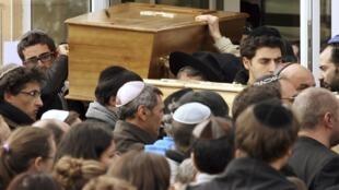 Les quatre victimes de l'école Ozar Hatora ont été inhumées en Israël. Ici, les cercueils quittent l'école le 20 mars 2012.