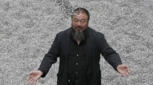 2010年10月11日,艾未未在伦敦泰特现代美术馆涡轮大厅展出一亿多粒陶瓷葵花籽,