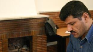 بهمن احمدی امویی، روزنامهنگار که بیش ۵ سال را در زندانهای اوین و رجایی شهر گذرانده، دولت روحانی و محمدجواد ظریف را به دروغگویی متهم میکند.