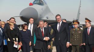 Le président serbe, Aleksandar Vučić (au centre à droite)  serre la main au ministre de la Défense russe, Sergei Shoigu à Belgrade, en Serbie.
