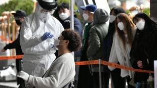 Une équipe sanitaire d'une trentaine d'agents ont été dépêchés dans un immeuble à Séoul, où 46 nouveaux cas ont été confirmés le 10 mars 2020.