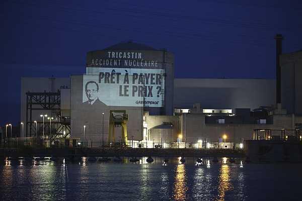 Les militants de Greenpeace ont déployé leur banderole dans l'enceinte  de la centrale au petit matin.